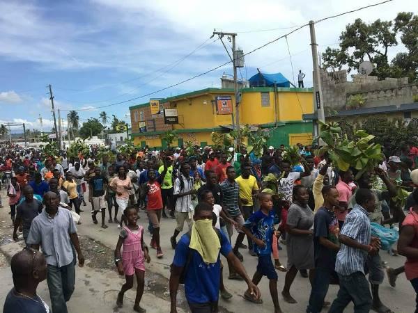La population des Cayes dans la rue pour manifester contre le maire Jean-Gabriel Fortuné./Photo: Alphonse Charles
