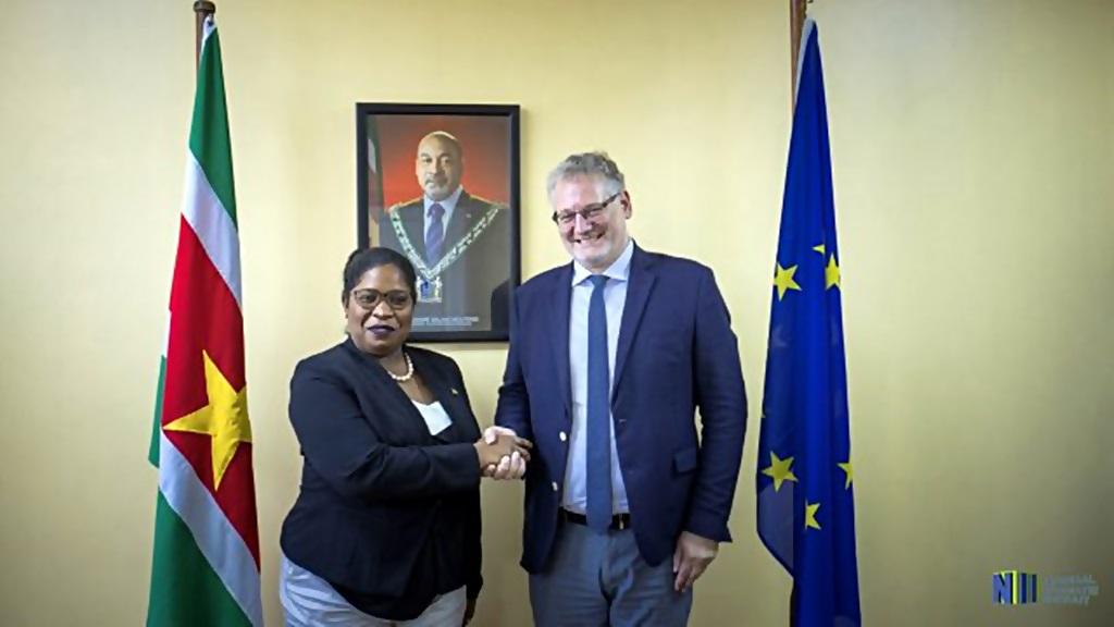 Minister Pollack-Bieghle met de EU-ambassadeur Sergey Akopov.