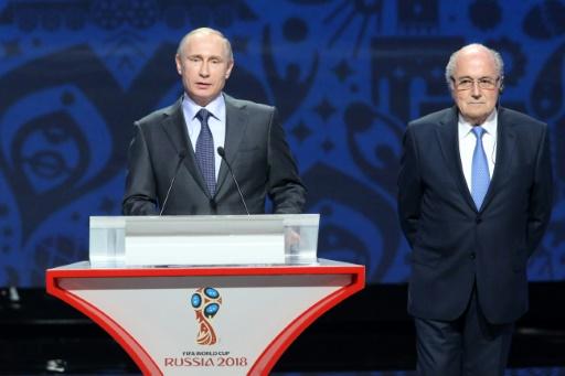 AFP/Archives / KIRILL KUDRYAVTSEV Le président russe Vladimir Poutine et Joseph Blatter, alors président de la Fifa, le 25 juillet 2015 à Saint-Pétersbourg