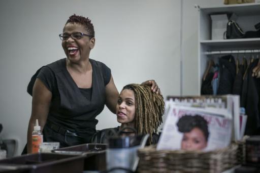 AFP / PHILIPPE LOPEZ Un salon de coiffure afro spécialisé dans le cheveu naturel frisé et crépu à Bagneux (Hauts-de-Seine), le 19 octobre 2017