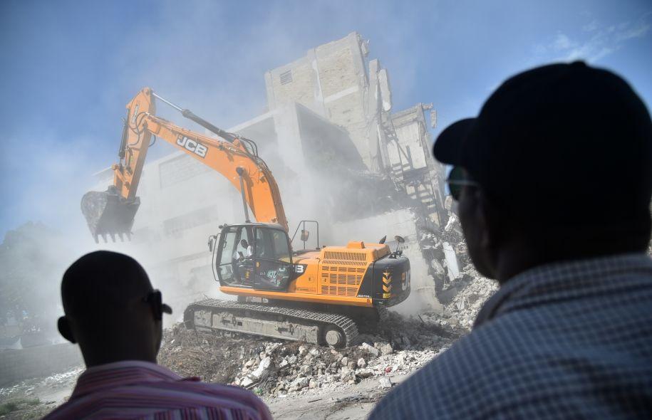 Engins lourds déblayant des décombres en 2016. Photo: Hector Retamal AFP