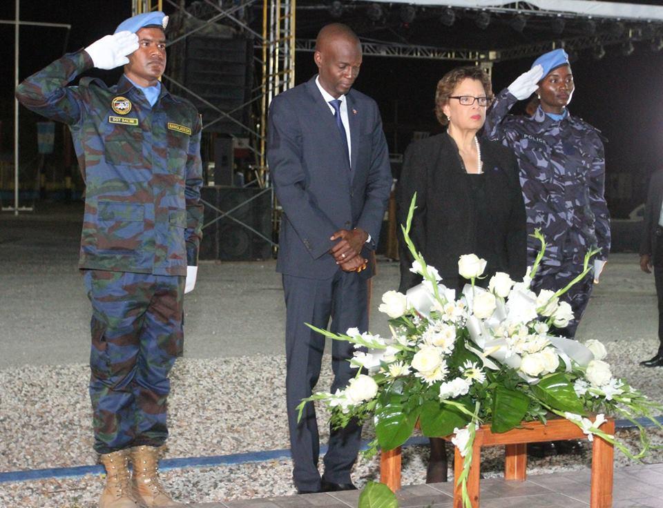 Le président Jovenel Moïse, la chef de la MINUSTAH Sandra Honoré, entourés de deux casques bleus, déposent une gerbe de fleur en hommage aux soldats péri en mission. Crédit photo : Présidence d'Haïti.