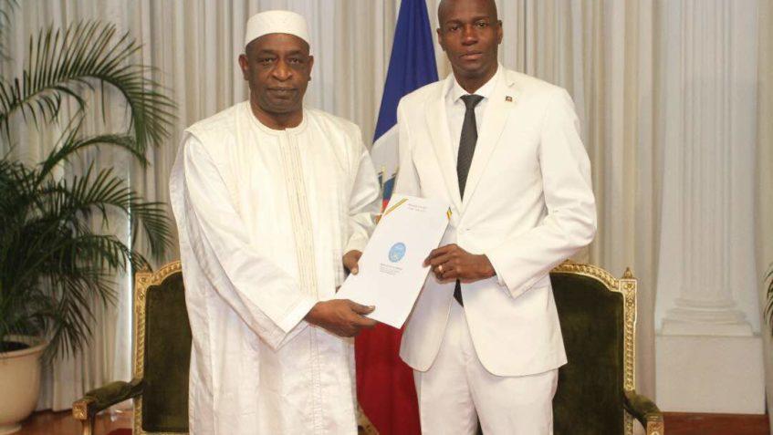 Le nouvel ambassadeur du Mali en Haiti et Jovevel Moise. Photo : Page Twitter de Jovenel Moise