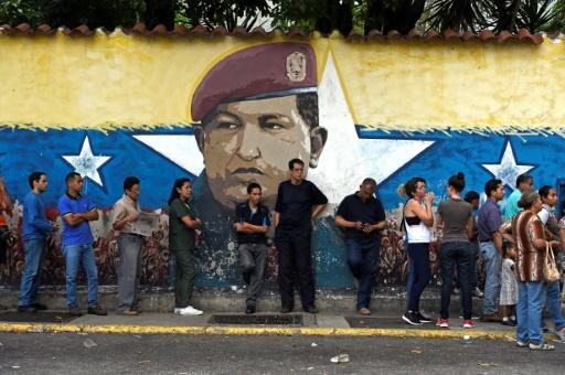 AFP / JUAN BARRETO File d'attente devant un bureau de vote à Caracas pour l'élection des gouverneurs régionaux, le 15 octobre 2017