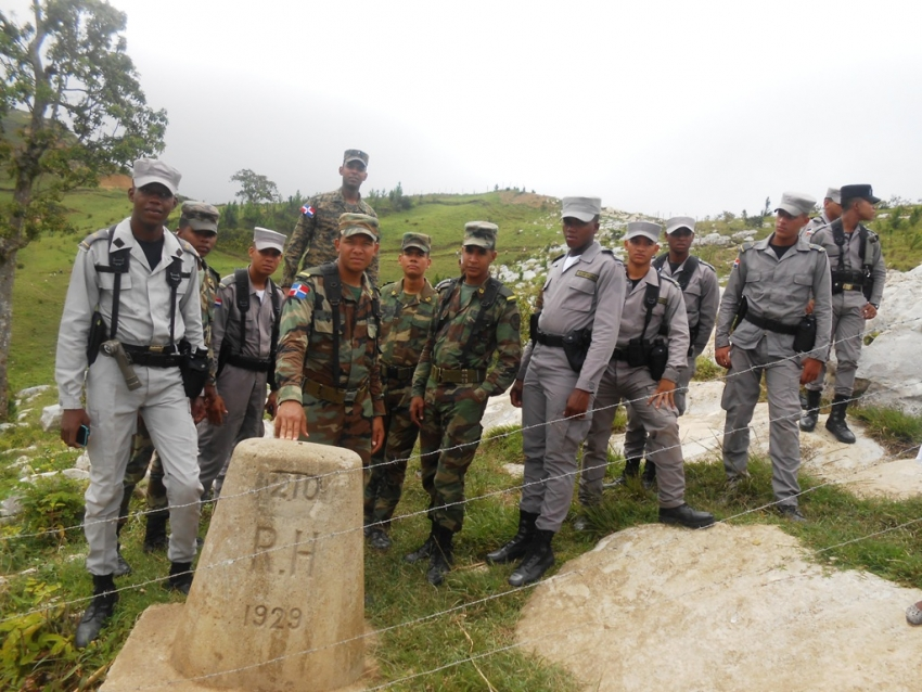 Des militaires dominicains à l'une des bornes de la frontière Cornillon/Grand Bois. Photo: GARR