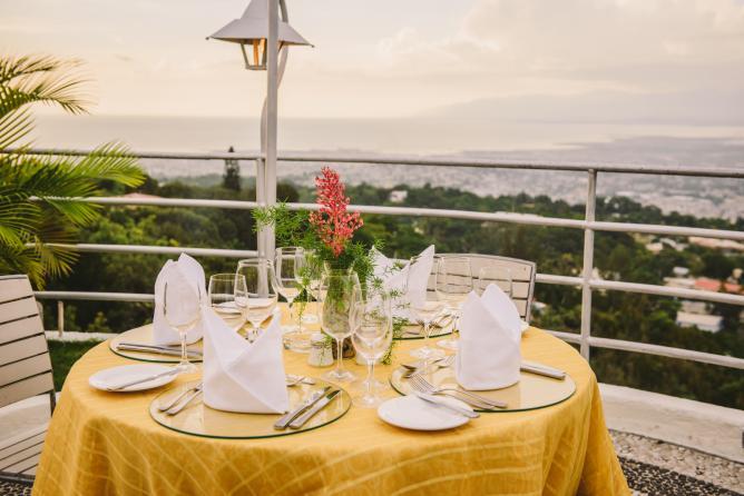 Une vue de la terasse du restaurant Acajou, surplombant la ville de Port-au-Prince./Photo: Courtoisie Acajou Restaurant