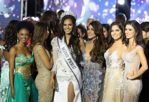 """LATINA TELEVISION/AFP/Archives / HO Une photographie, fournie par Latina Television, montrant """"Miss Pérou 2017"""", Romina Lozano,entourée des autres concurrentes, à Lima, le 29 octobre 2017"""