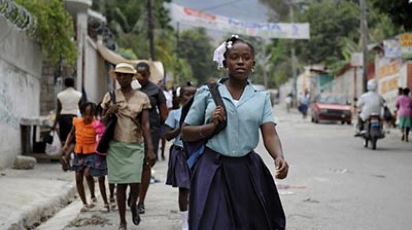 Une écolière sur le chemin du retour à la maison.