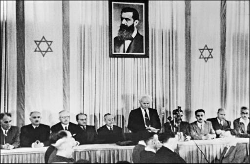 AFP/Archives  Le Premier ministre israélien David Ben Gourion (c) proclame la création de l'Etat d'Israël, le 14 mai 1948 à Tel-Aviv