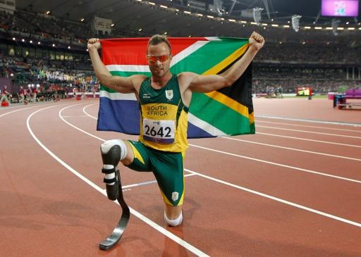 AFP/Archives / IAN KINGTON  Oscar Pistorius pose après avoir remporté la médaille d'or du 400 m aux Jeux paralympiques de Londres le 8 septembre 2012