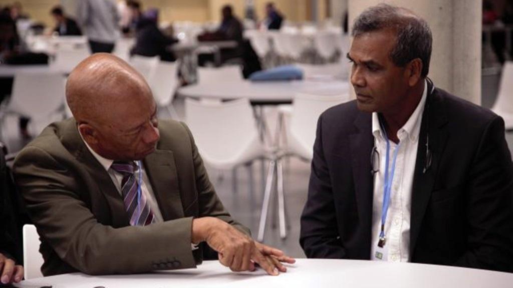 Presidentieel adviseur Winston Lackin en Hydroloog professor Sewnath Naipal in overleg. Foto: NII