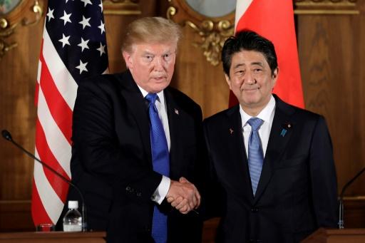 POOL/AFP / Kiyoshi Ota  Le président américain Donald Trump (g) et le Premier ministre japonais Shinzo Abe lors d'une conférence de presse, le 6 novembre 2017 à Tokyo