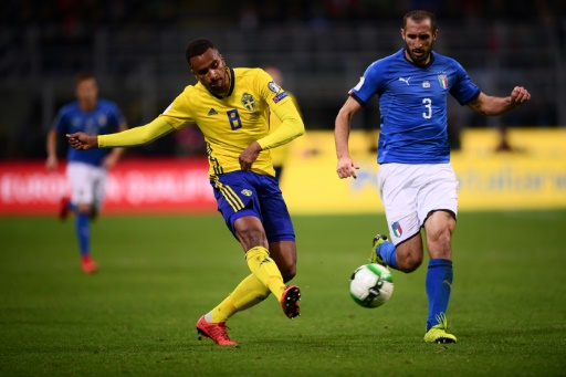 AFP / Marco BERTORELLO  L'attaquant suédois Issac Kiese Thjelin (g) à la lutte avec le milieu de l'Italie Giorgio Chiellini en barrage retour de qualif pour le Mondial-2018 à San Siro, le 13 novembre 2017