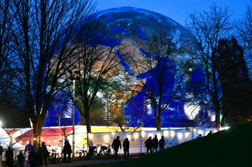 AFP / PATRIK STOLLARZ  Une réplique de la planète Terre, exposée lors de la COP23 à Bonn, en Allemagne, le 16 novembre 2017