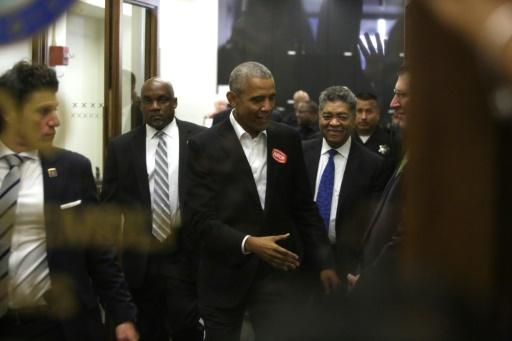 GETTY IMAGES NORTH AMERICA/AFP / Joshua LOTT  L'ancien président démocrate Barack Obama arrive le 8 novembre 2017 dans un tribunal de Chicago, après avoir été pré-sélectionné pour siéger dans un jury de procès.