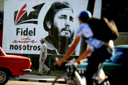 AFP / YAMIL LAGE  Un portrait géant de Fidel Castro jeune dans une rue de La Havane, le 24 novembre 2017 à Cuba
