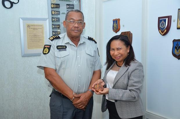 Zowel de waarnemende korpschef als zijn collega van de Federale Politie waren ingenomen met de ontmoeting en benadrukten uit te kijken naar een vruchtbare en coöperatieve samenwerking. (Foto: KPS)