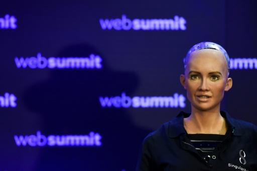 AFP/Archives / PATRICIA DE MELO MOREIRA  Un robot humanoïde présenté au sommet du Web à Lisbonne, le 7 novembre 2017