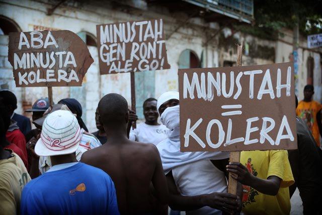 Minustah = Choléra, affichait une pancarte de manifestants à Port-au-Prince./Photo: Haitimédia.com