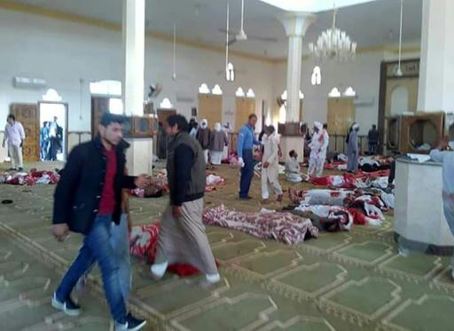 AFP / STRINGER  Des corps dans la mosquée de Rawda près d'Al-Arich, dans le Nord-Sinaï, en Egypte, suite à un attentat, le 24 novembre 2017
