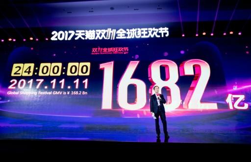 """AFP / STR  Le patron du géant de la vente en ligne chinois Alibaba, Daniel Zhang, devant un écran montrant la somme réalisée à l'occasion de la """"Fête des célibataires""""."""