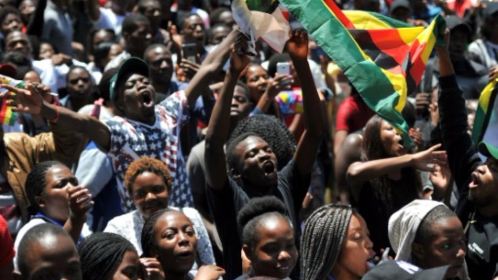 AFP / -  Manifestation à l'université d'Harare le 20 novembre 2017 pour le départ du président zimbabwéen Robert Mugabe