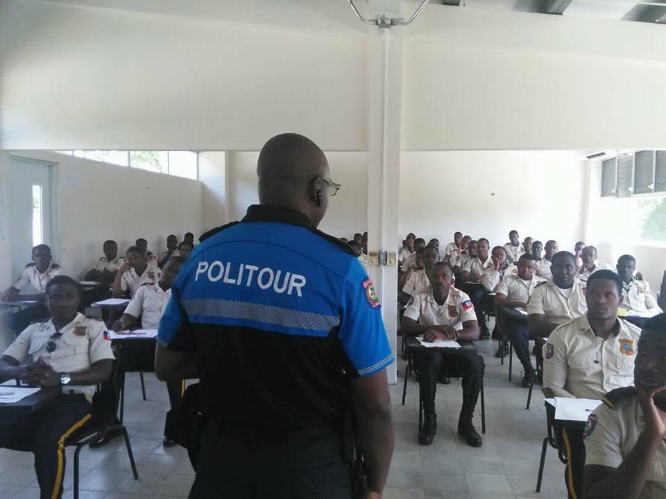 Des policiers en examen de concours pour intégrer la Politour.