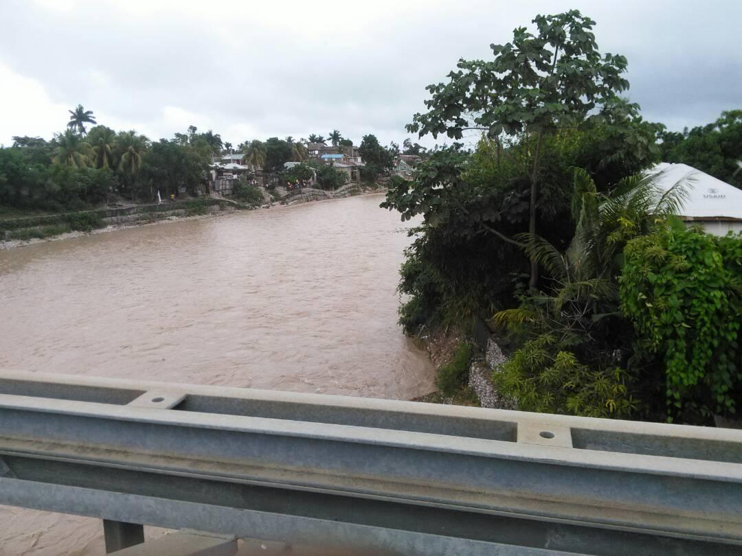 Pont la Ravine, les Cayes, hier 16 novembre. Photo : Eidict Louis. (Toutes les photos de cet article ont été prises aux Cayes