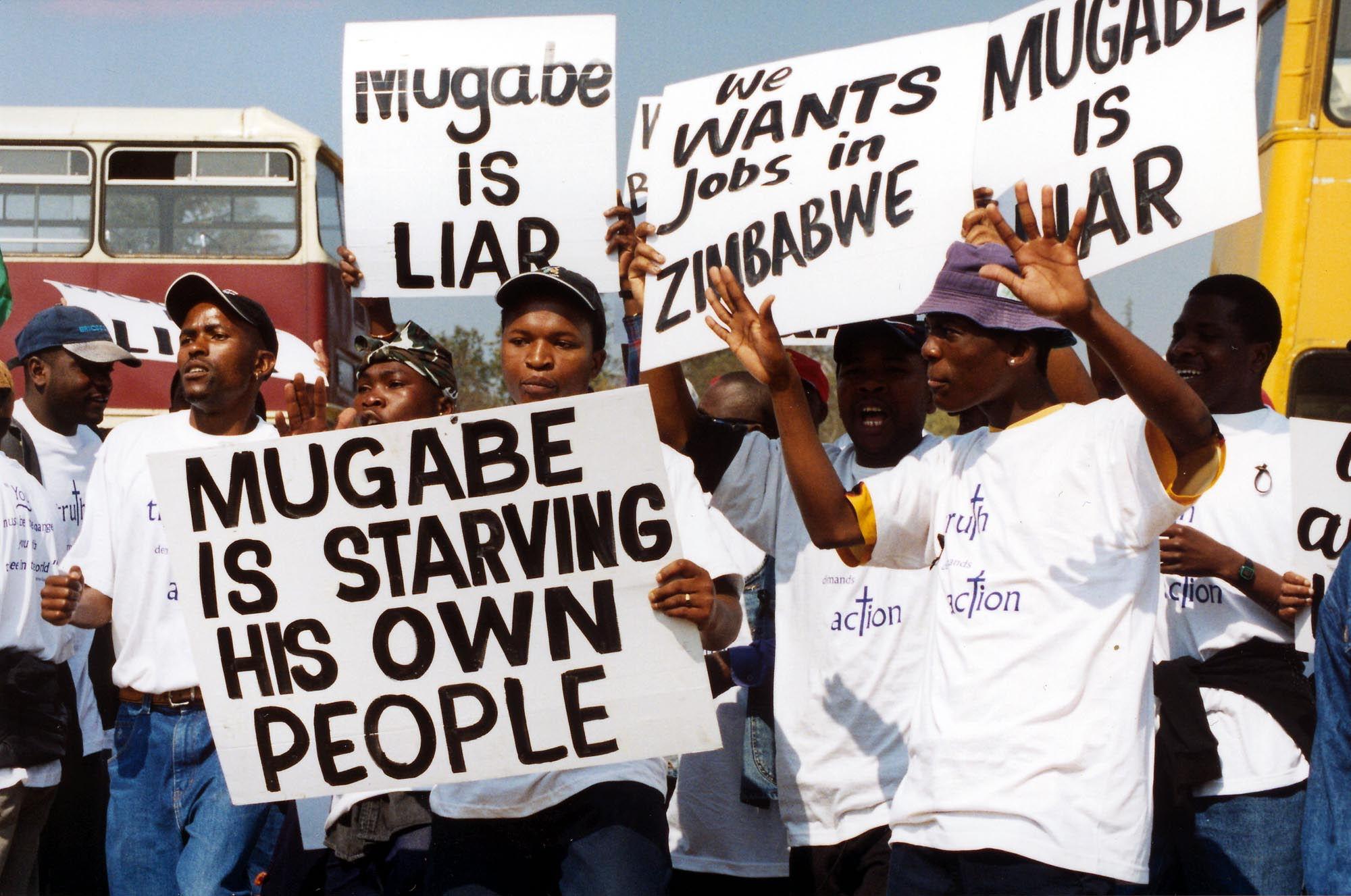 De economie in het land zit al jaren aan de grond. De eigen munt, de Zimbabwaanse dollar, is door mega-inflatie zo weinig waard dat hij in de ban is gedaan. Zeker 90 procent van de bevolking is werkloos en er is een groot voedseltekort.