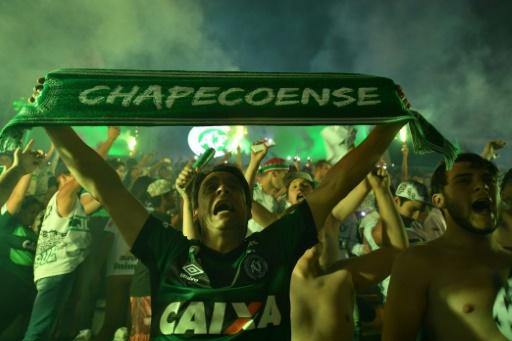 AFP/Archives / Nelson Almeida  Des supporters de Chapecoense rendent hommage ausx joueurs mort dans l'accident d'avion, le 30 novembre 2016 à Chapecó