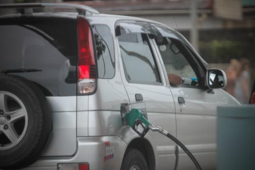 De benzineprijzen zijn nu hoger dan ooit in Suriname, in vergelijking met voorgaande jaren.