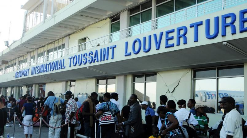 File d'attente de voyageurs à l'aéroport international Toussaint Louverture.