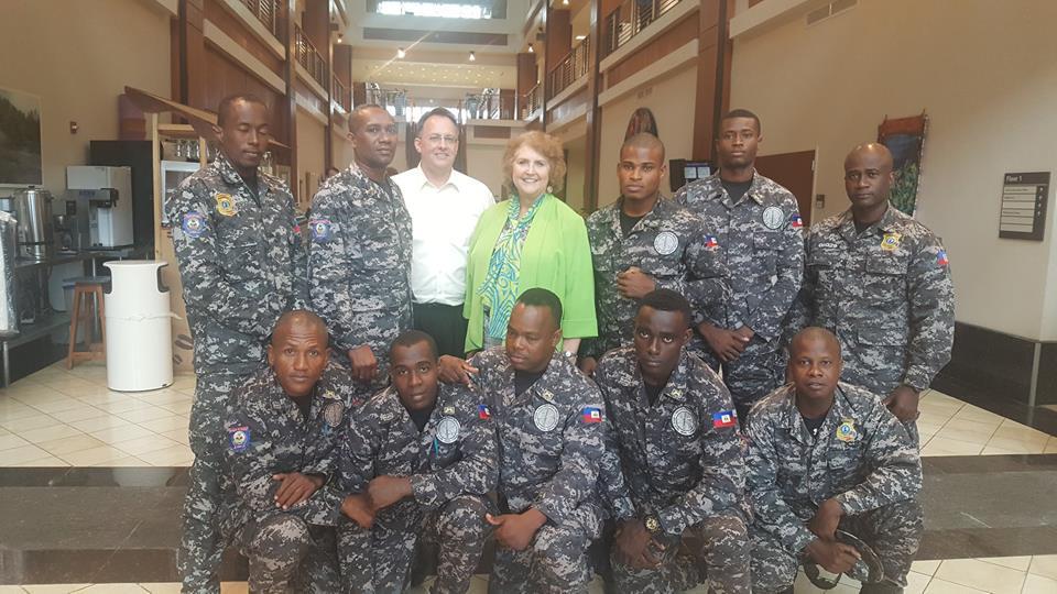 La chargée d'affaires des Etats-Unis et les agents de l'Unité SWAT de la PNH qui participent à la compétition SWAT Round-Up aux USA. Photo : Facebook/Ambassade des États-Unis en Haïti.