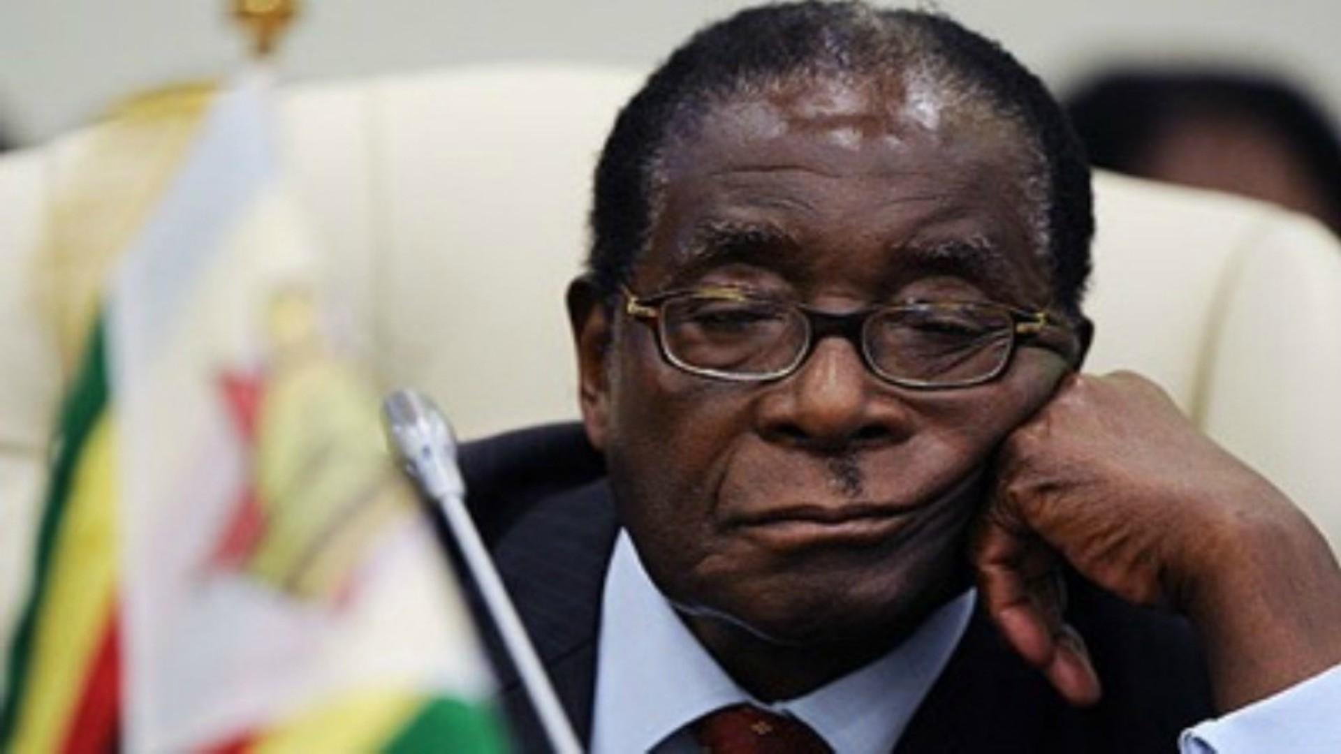 Foto's en video's waarop Mugabe zijn ogen niet open lijkt te kunnen houden zijn problematisch voor de regering.