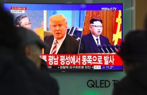 AFP / JUNG Yeon-Je  Les images du président américain Donald Trump (g) et du leader nord-coréen Kim Jong-Un sur un écran de télévision dans une gare de Séoul, le 29 novembre 2017