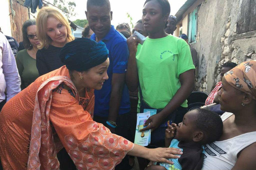 Amina Mohammed dans le sud du pays en soutien aux familles victimes de l'épidémie du choléra./Photo: ONU Haiti