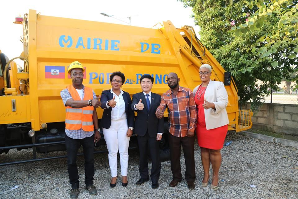 L'ambassadeur taiwanais Hu Cheng–Hao et des membres du conseil municipal de Port-au-Prince. Photo : Facebook/Mairie de Port-au-Prince.