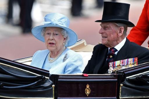 AFP/Archives / Chris J Ratcliffe  La reine Elizabeth II et son époux le prince Philip, duc d'Edimbourg reviennent à Buckingham Palace après la revue des troupes à Londres le 17 juin 2017