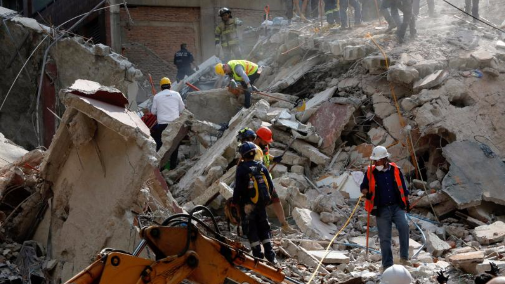 People clear rubble after an earthquake hit Mexico City, Mexico, Sep. 19, 2017. Photo: Reuters.