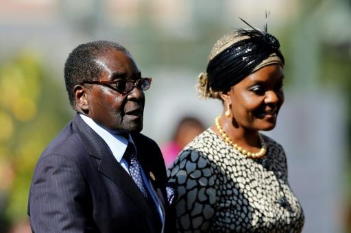 POOL/AFP/Archives / SIPHIWE SIBEKO  Le président zimbabwéen Robert Mugabe et son épouse Grace à Pretoria en Afrique du Sud, le 24 mai 2014