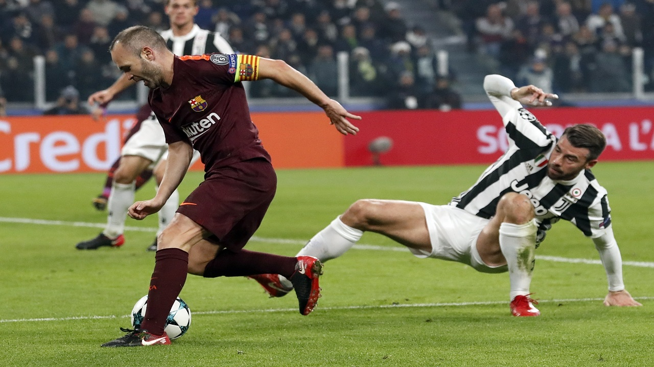 Juventus' Andrea Barzagli, right, challenges Barcelona's Andres Iniesta during their Champions League group D football match at the Allianz Stadium in Turin, Italy, Wednesday, Nov. 22, 2017.