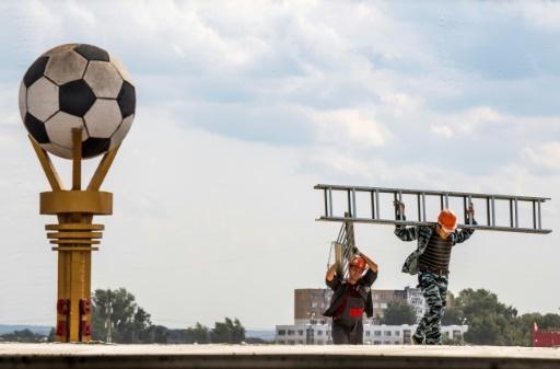 AFP/Archives / Mladen ANTONOV  Des ouvriers sur le site du stade de Saransk en Russie, le 25 août 2017