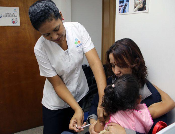 Enfant au Venezuela en train d'être vacciné
