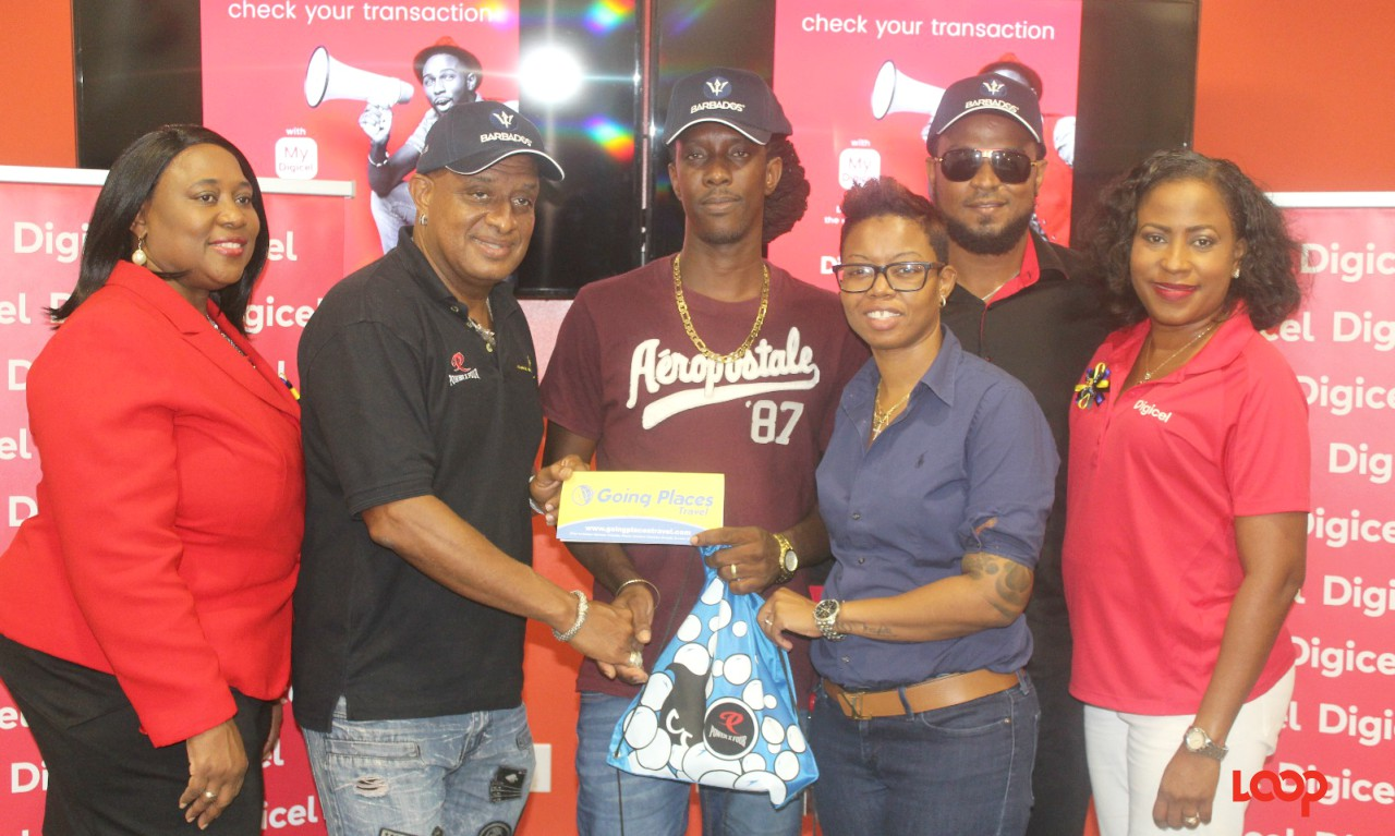 Ubersoca Cruise winner Ronley Holder (center).