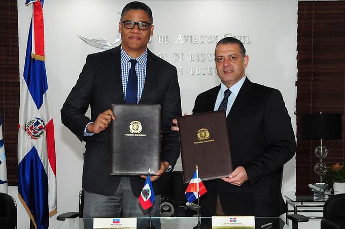 le président du Conseil de l'aviation civile de la République dominicaine (JAC), Luis Ernesto Camilo et le directeur général de l'aéronautique civile d'Haïti, Olivier Jean. Photo: Listin Diaro.