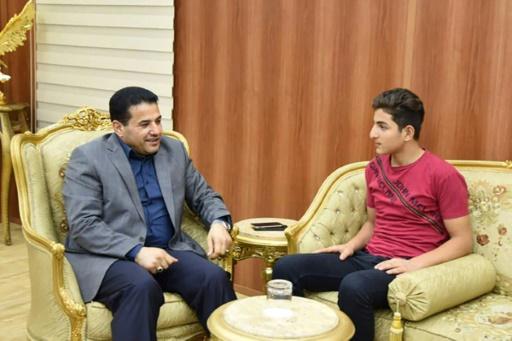 IRAQI PARLIAMENT/AFP / STRINGER  Le jeune Irakien Oussama-ben-Laden lors d'une rencontre avec le ministre de l'Intérieur irakien qui lui avait permis de changer son prénom trop difficile à porter, le 20 août 2017. Photo du ministère de l'Intérieur sur sa page Facebook.