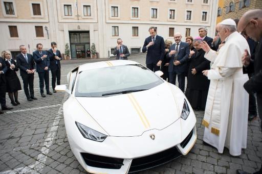 """OSSERVATORE ROMANO/AFP / Handout  Le pape a béni et apposé sa signature sur le capot d'une """"Lamborghini Huracan"""", un modèle unique qui sera mis aux enchères pour financer quatre projets caritatifs, le 15 novembre 2017 au Vatican."""