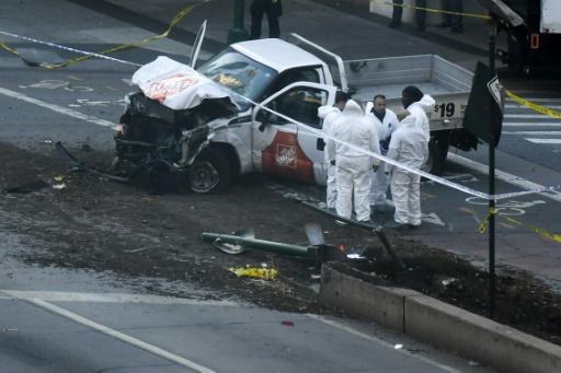 AFP / DON EMMERT Des policiers examinent la camionette de l'attentat qui a fait 8 morts à New York mardi