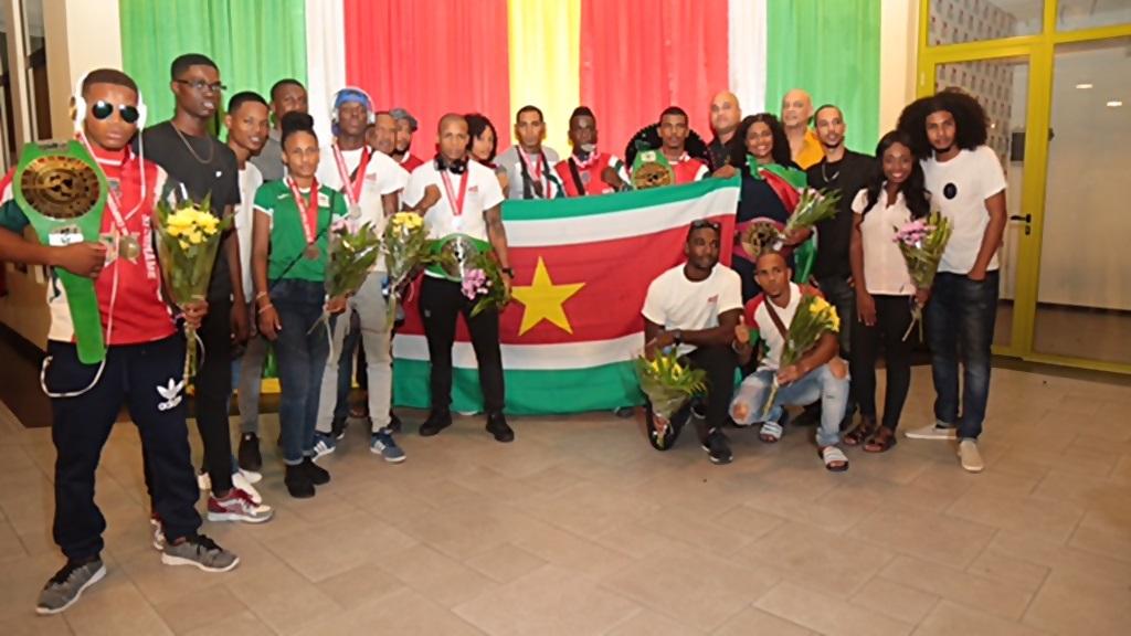 De Surinaamse sportdelegatie samen met jeugdparlementariers op de luchthaven. Foto: NJP