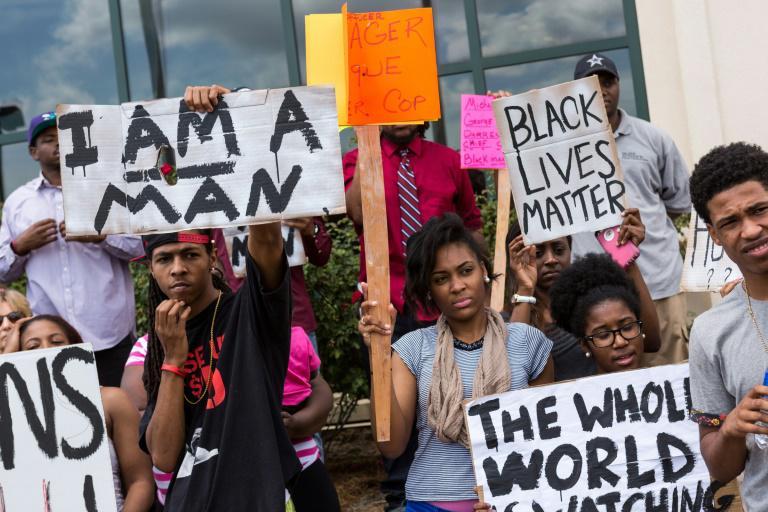 Des manifestants dénoncent la mort de Walter Scott sous les balles de Michael Slager, devant la mairie de North Charleston le 8 avril 2015 afp.com - RICHARD ELLIS